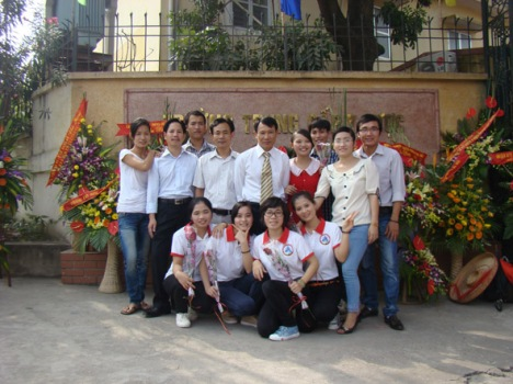 Học sinh Y5 chụp ảnh lưu niệm cùng thầy giáo nhân dịp kỷ niệm 5 năm thành lập trường.