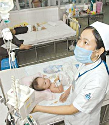 Truyền dịch cho trẻ bị sốt xuất huyết.