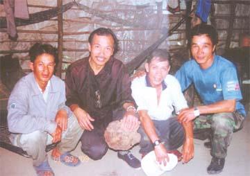 Lương y Nguyễn Đức Nghĩa và một số thợ rừng xã Cam An, huyện Cam Lâm, Khánh Hòa.